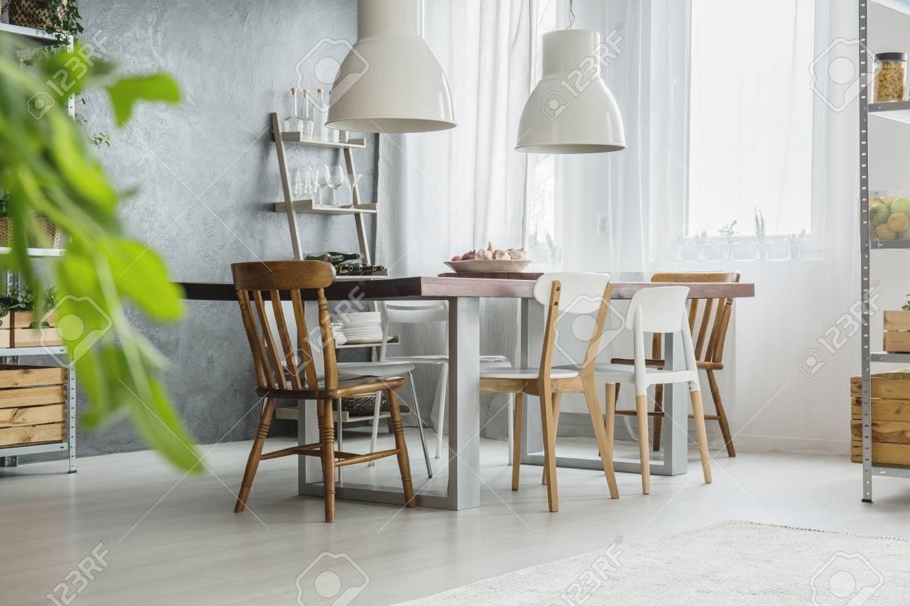 Habitación de comedor gris y gris brillante con mesa grande