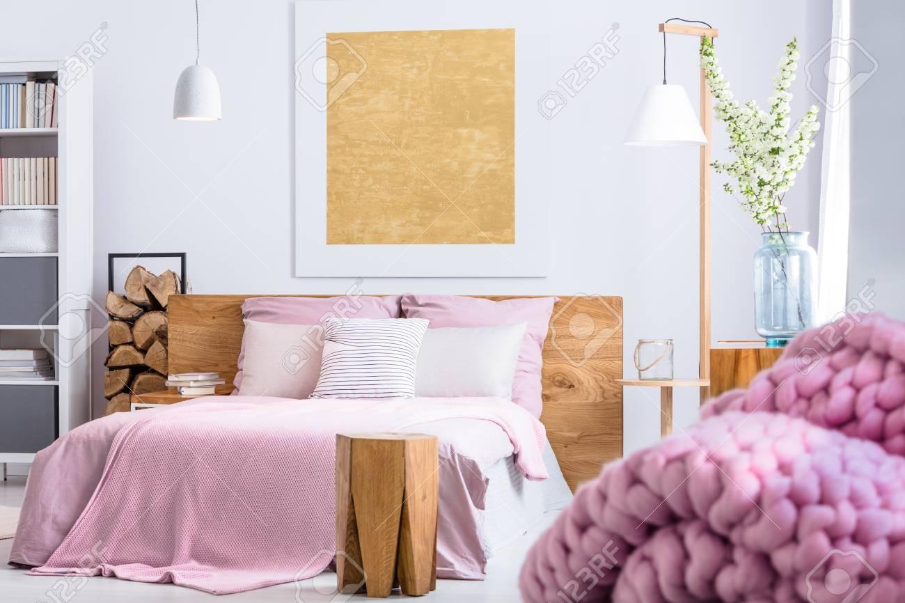 Gemütliches Schlafzimmer In Holz Und Rosa Art Mit Großem Bett ...