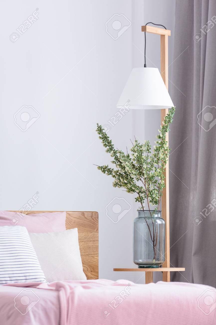 Blumen In Einer Vase Am Rosa Bett Im Gemütlichen Schlafzimmer ...