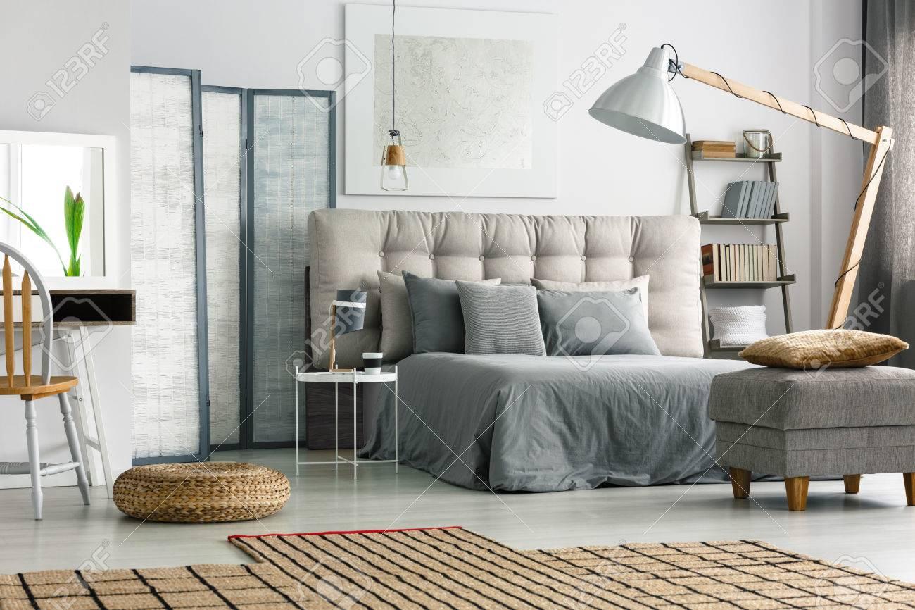 Wicker Teppich Auf Dem Boden In Gemutlich Grau Schlafzimmer Mit Bett