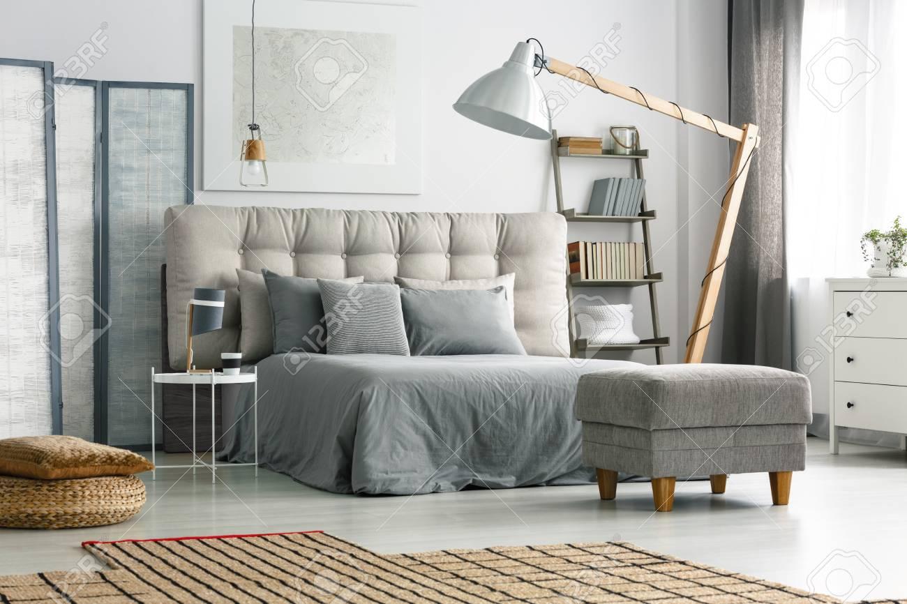 Lit Avec Tete De Lit Matelassé lit confortable avec tête de lit matelassée et oreillers gris