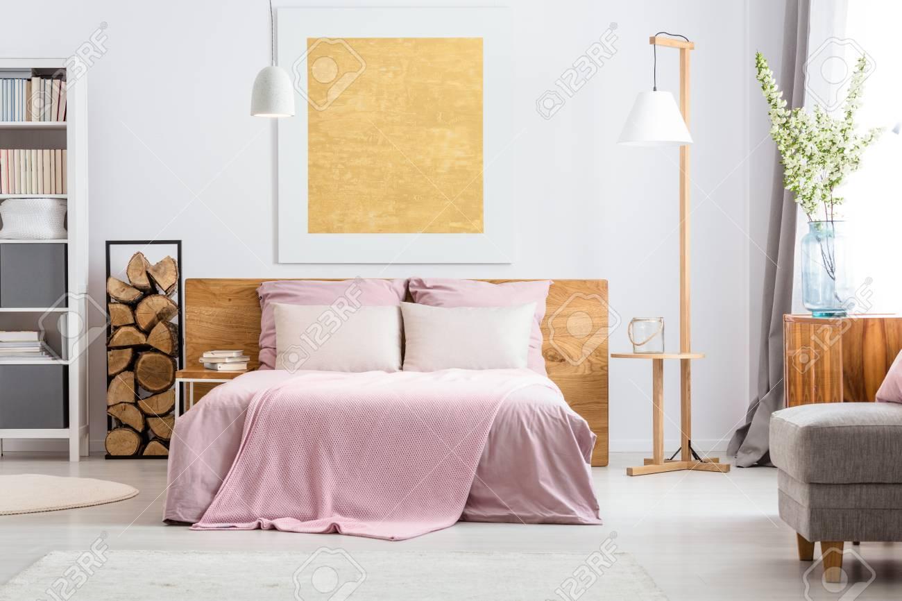 Décor naturel de la confortable chambre blanche et rose avec des ajouts en  bois
