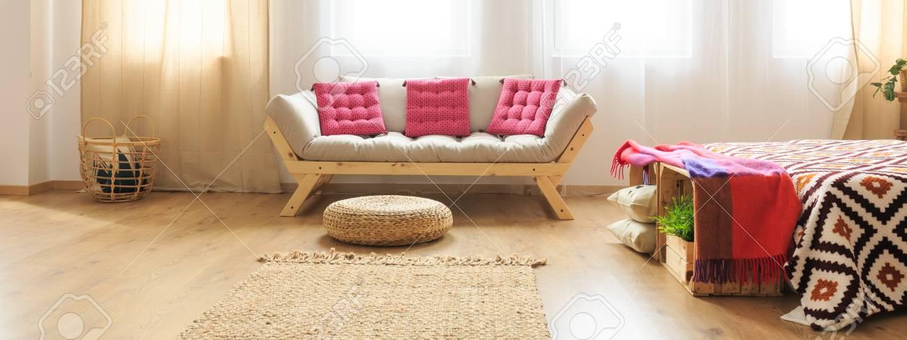 Salon dans un style exotique avec canapé moderne