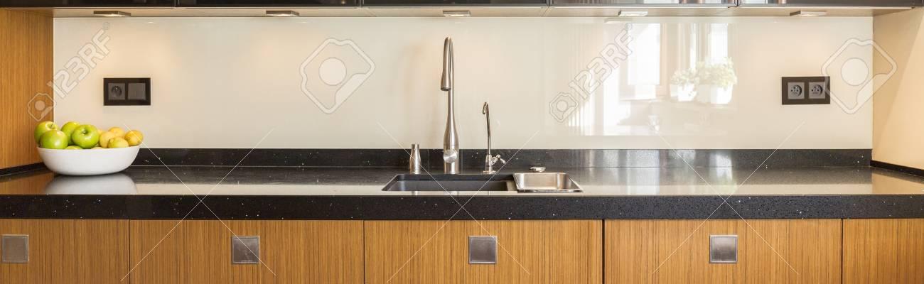 Interior de la cocina con muebles de madera y encimera de mármol