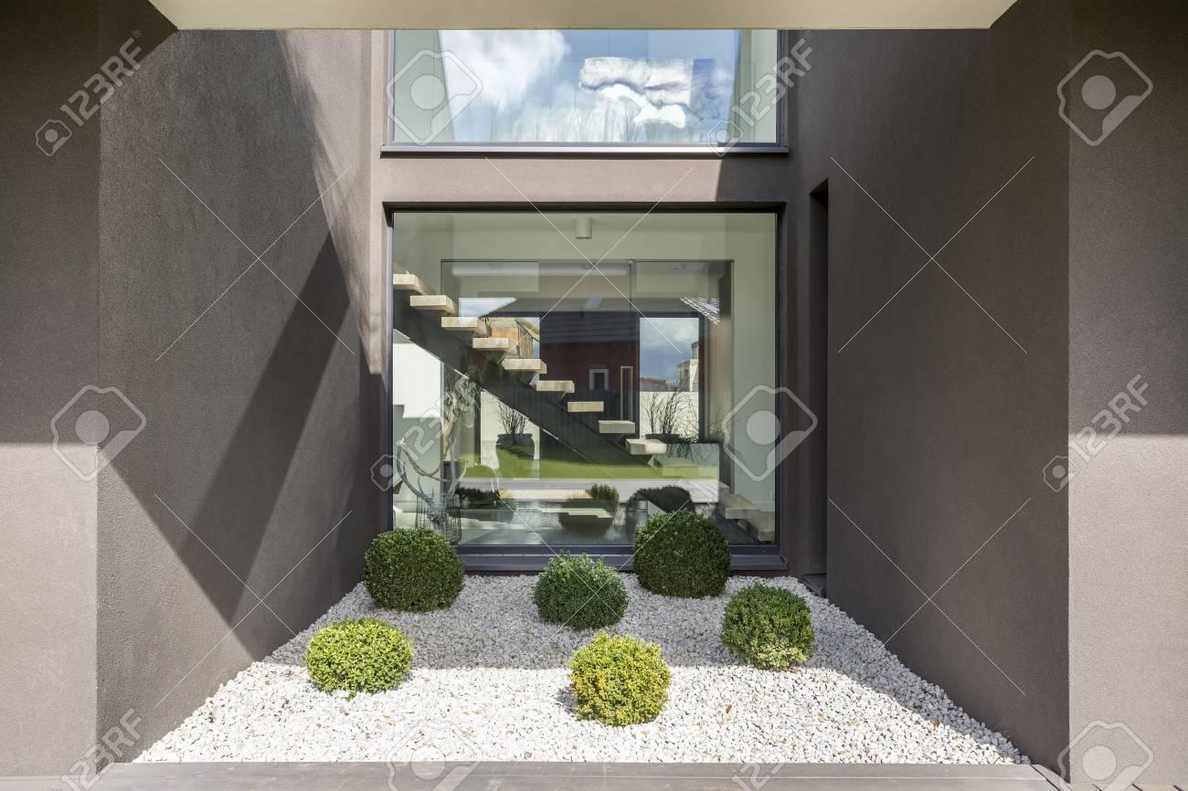Grande fenêtre dans la niche cubique de la maison moderne