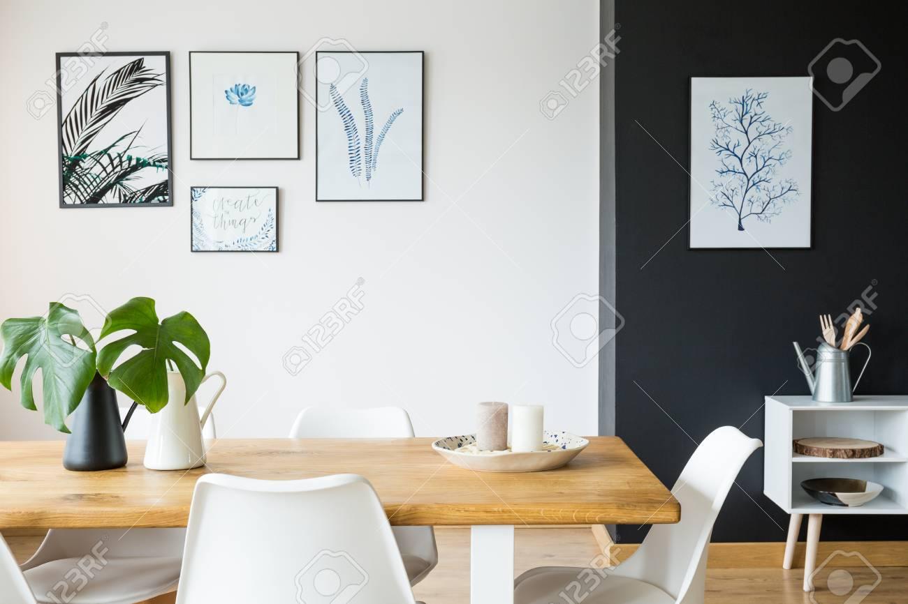 Salle A Manger Noir Et Blanc Avec Table En Bois Et Affiches