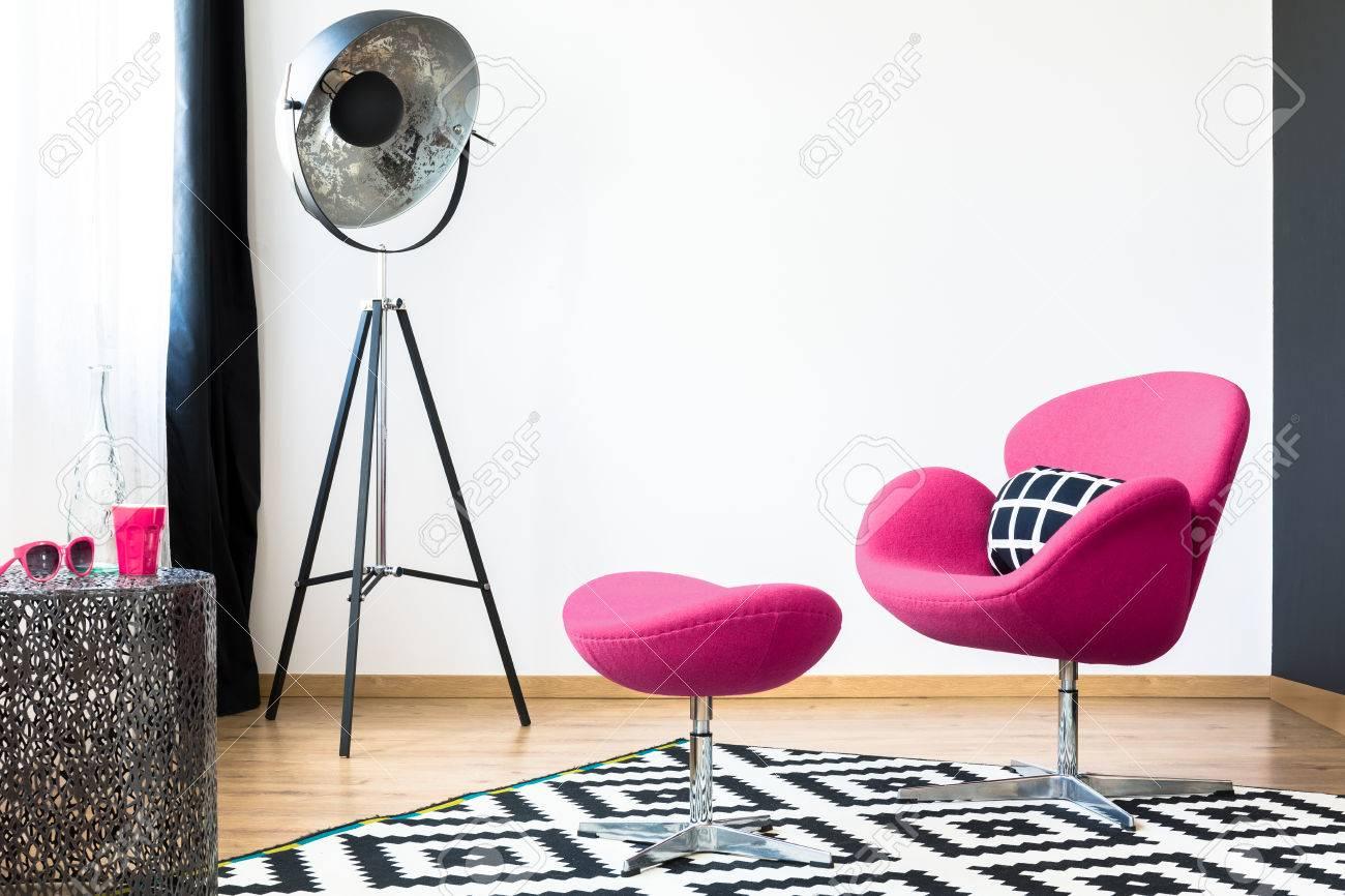 Rosa Schwan Sessel Und Passender Hocker Auf Einem Gemusterten