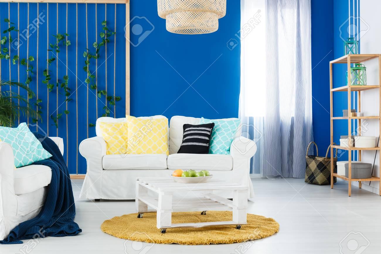 Blau Und Weiß Stilvoll Eingerichtetes Wohnzimmer Mit Elegantem Sofa ...