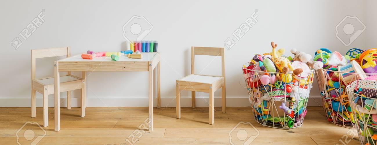Holzerner Kleiner Tisch Und Stuhle Fur Kinder Mit Zeichenstiften Auf