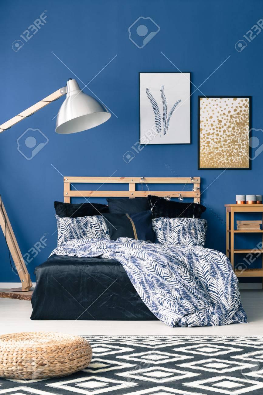 Lit Avec Tete De Lit En Bois Sur Le Mur Bleu