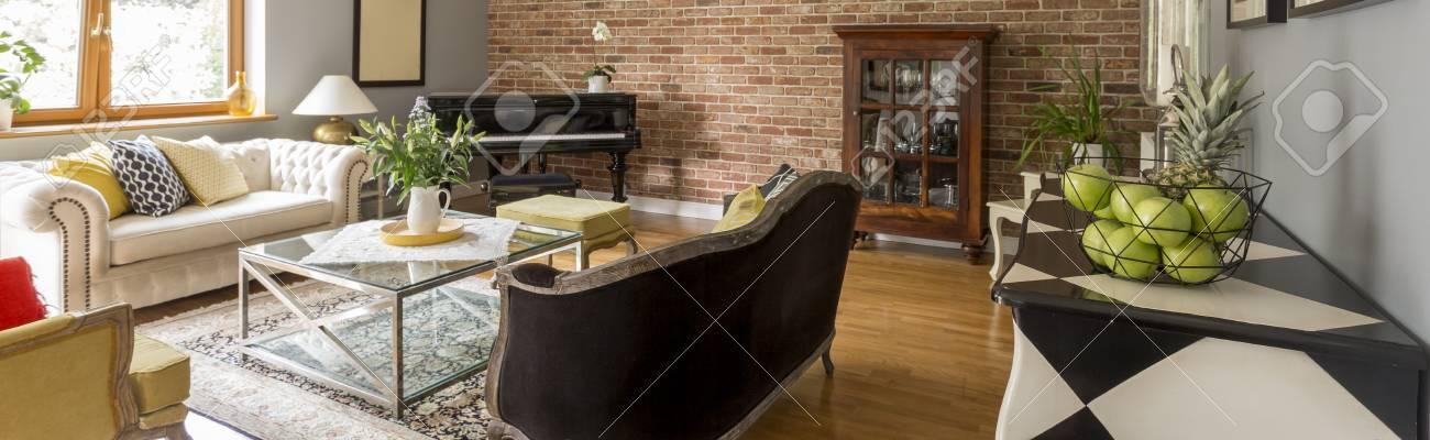 Légant VerrePiano Et Salon En Basse Canapés Avec Mur BriquesTable De Deux Confortables jqc35LS4AR