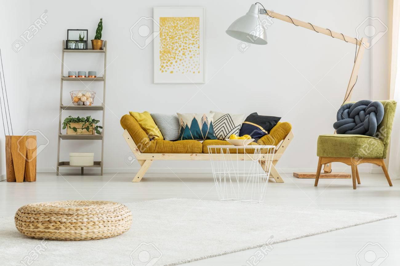 Großer Weißer Teppich Auf Dem Boden Im Gemütlichen Wohnzimmer