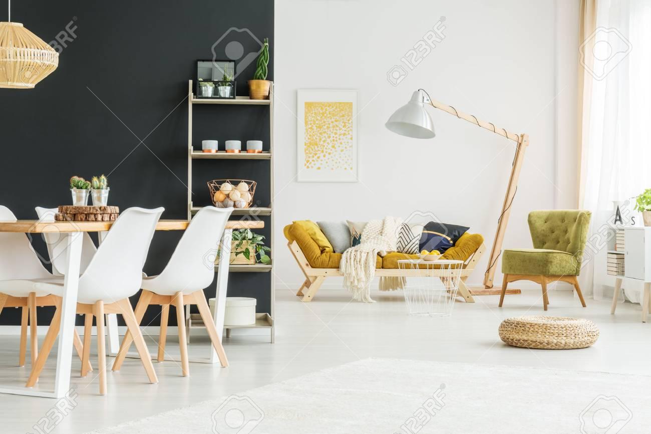 Mur noir dans une salle à manger moderne avec table en bois