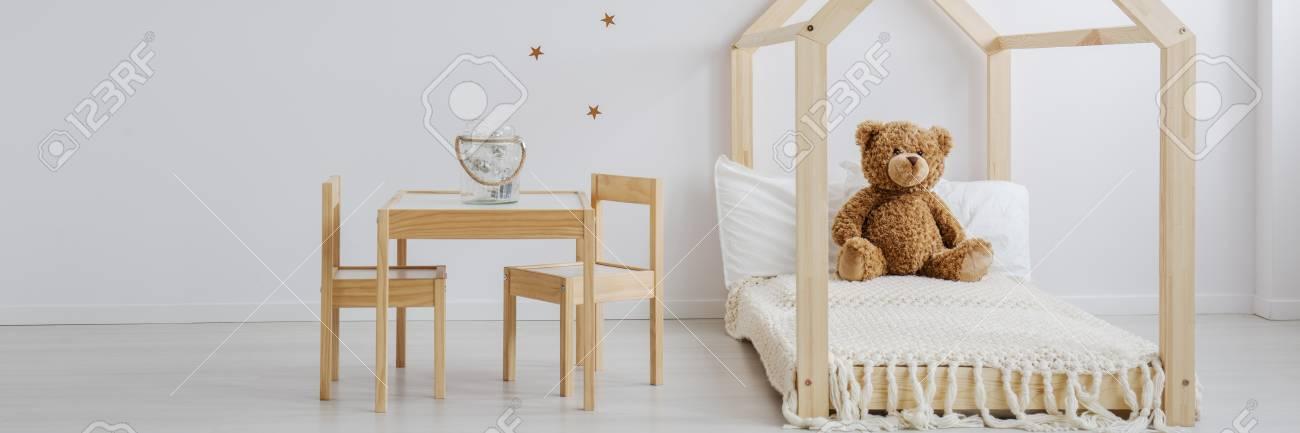 Habitación De Bebé Neutral Con Juego De Muebles De Madera Y ...