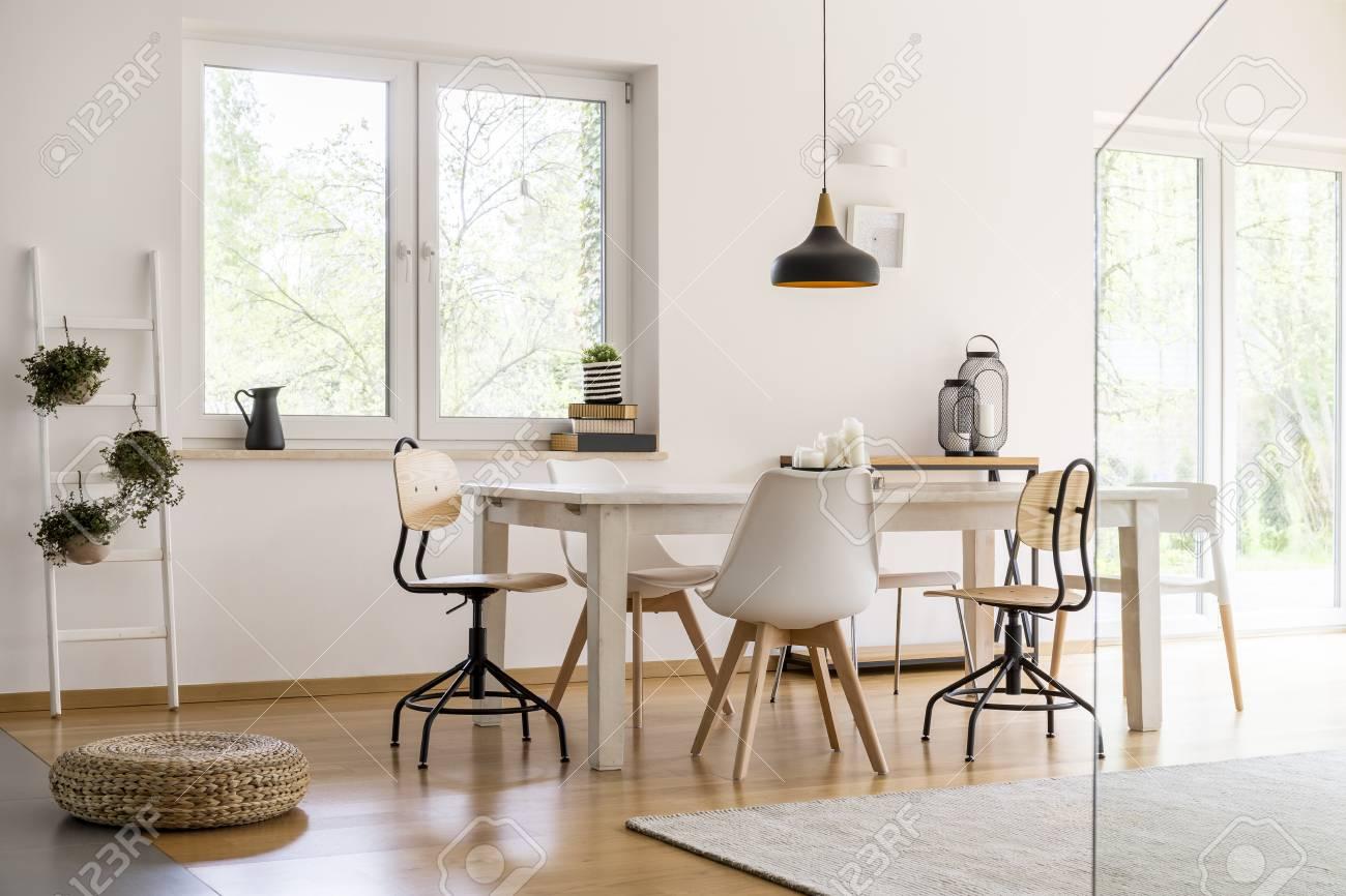 Sala de jantar moderna branca com mesa grande e cadeiras de grife