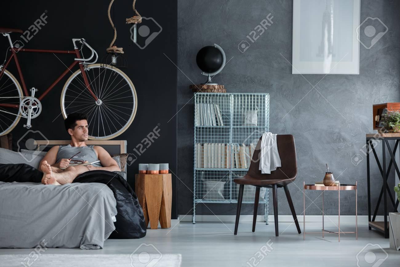 Lit Pour Jeune Homme jeune homme beau couché sur un lit confortable dans sa chambre à coucher