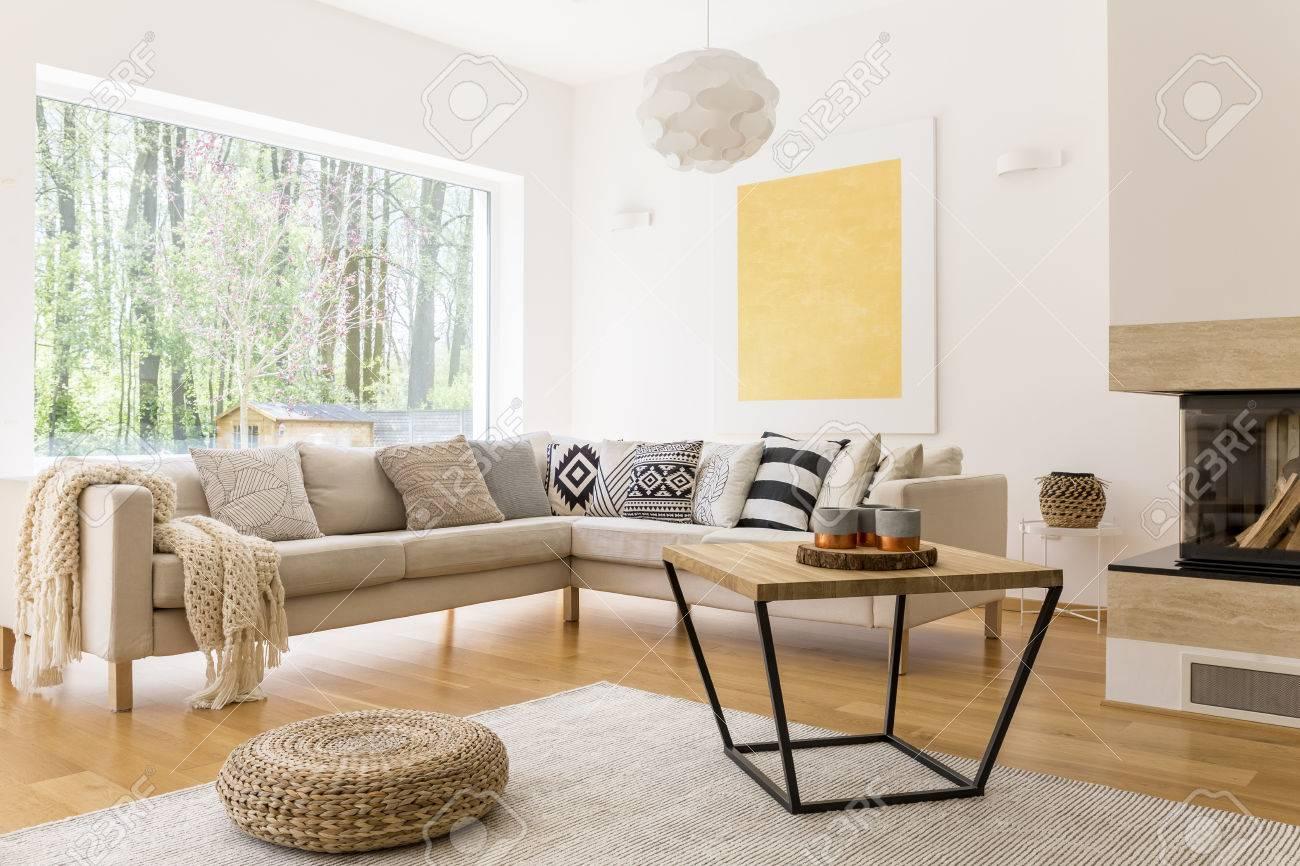 Couchtisch Aus Holz Und Weißes Sofa Im Gemütlichen Trendigen Wohnzimmer  Standard Bild   82322760