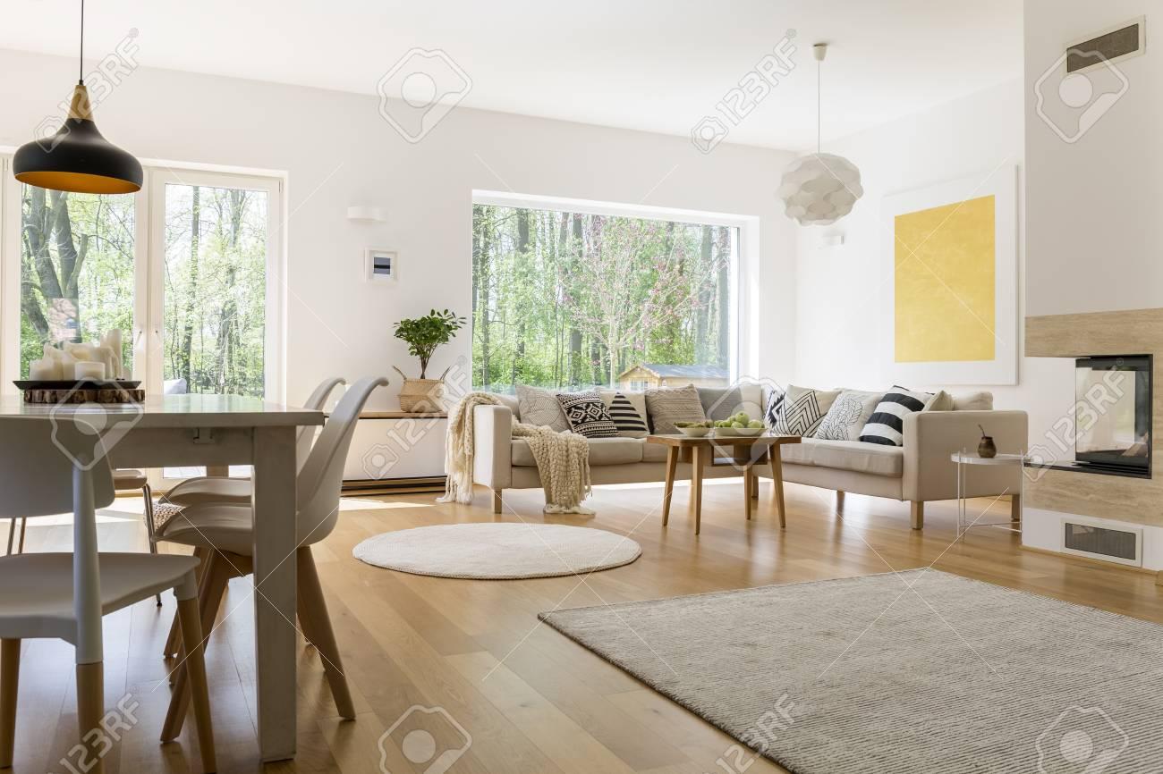 Diseño elegante de sala de estar espaciosa conectada con comedor