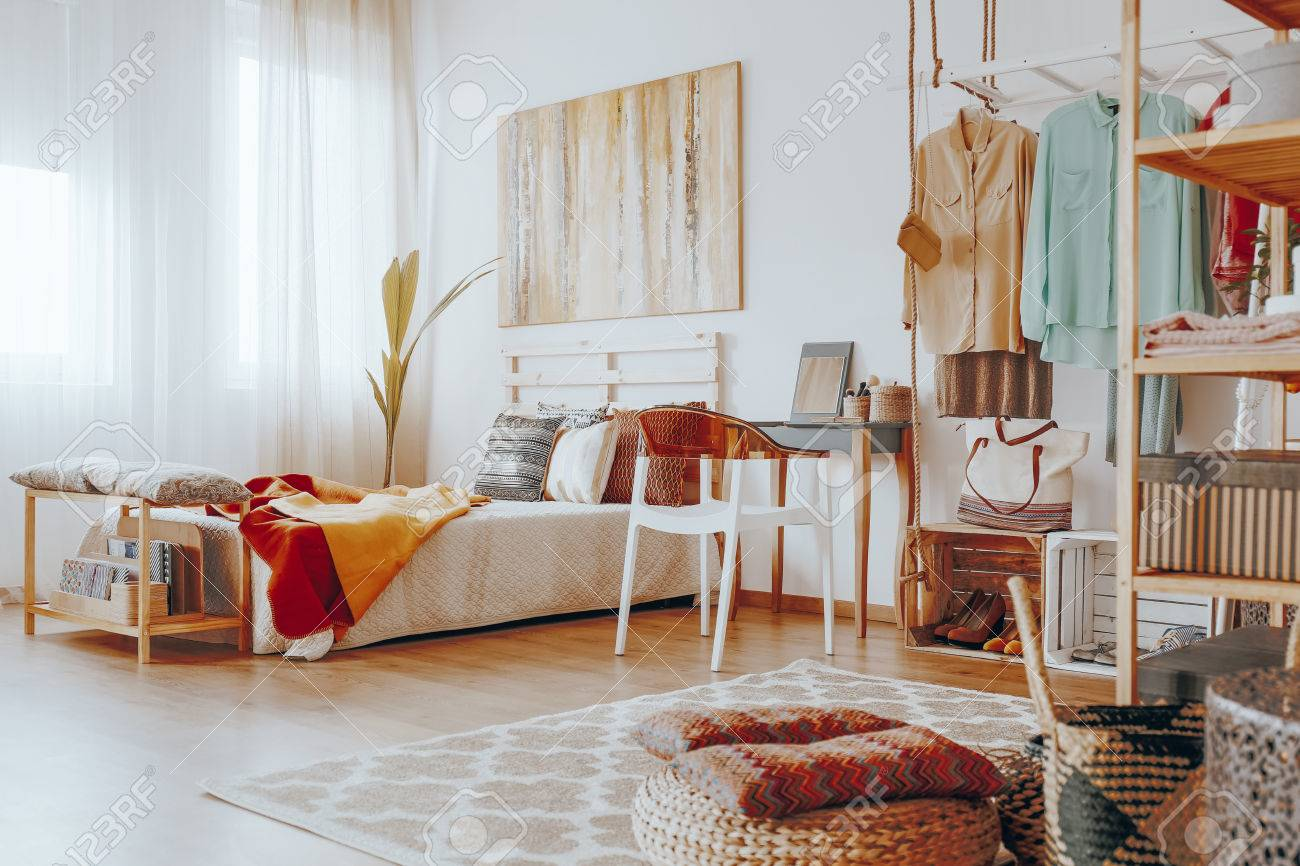 Entzuckend Helles Stilvolles Boho Schlafzimmer Mit Großer Moderner Malerei Auf Der  Wand Standard Bild   82360603