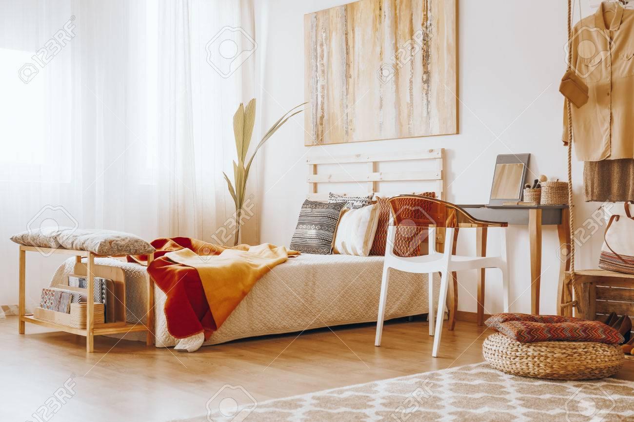 Holzbett Mit Decke Und Kissen Im Gemütlichen Schlafzimmer In ...