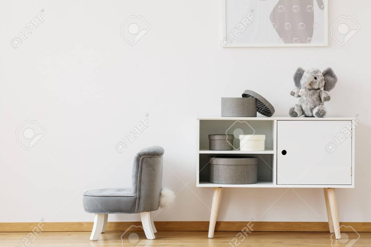 Geräumig Weißer Schrank Foto Von Standard-bild - Weißer Mit Schachteln Neben Einem