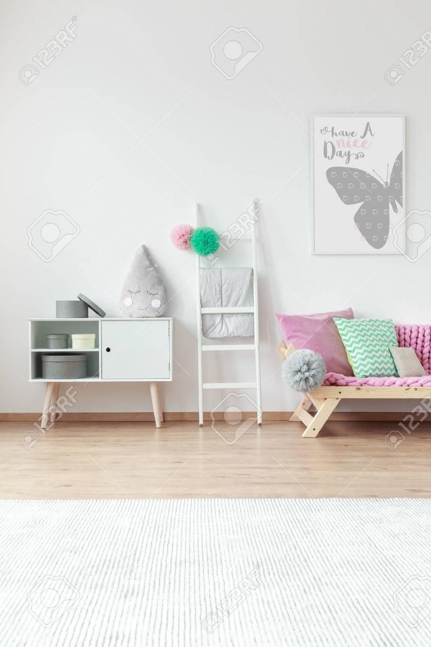Sol Chambre D Enfant chambre d'enfant avec un grand tapis blanc sur le sol et des décorations  mignonnes