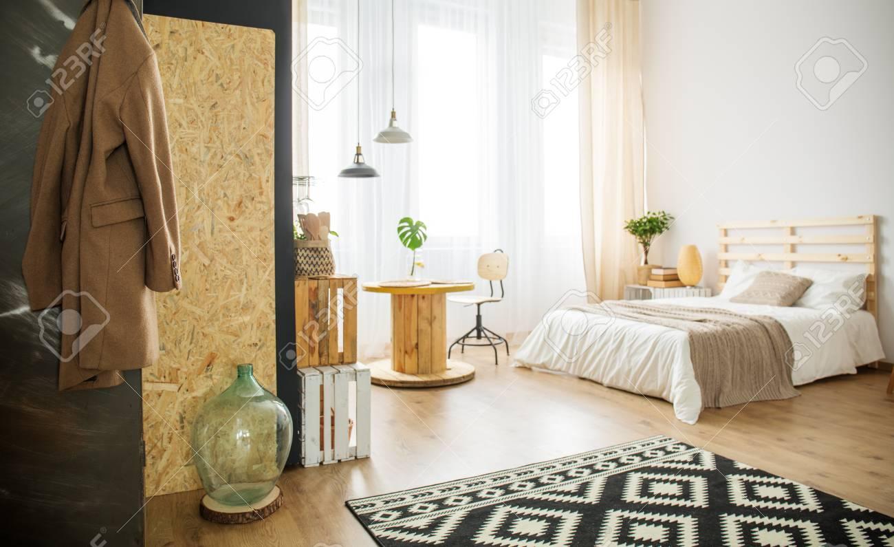 Trendiges Helles Schlafzimmer Mit Naturlichen Details Und Diy Mobeln