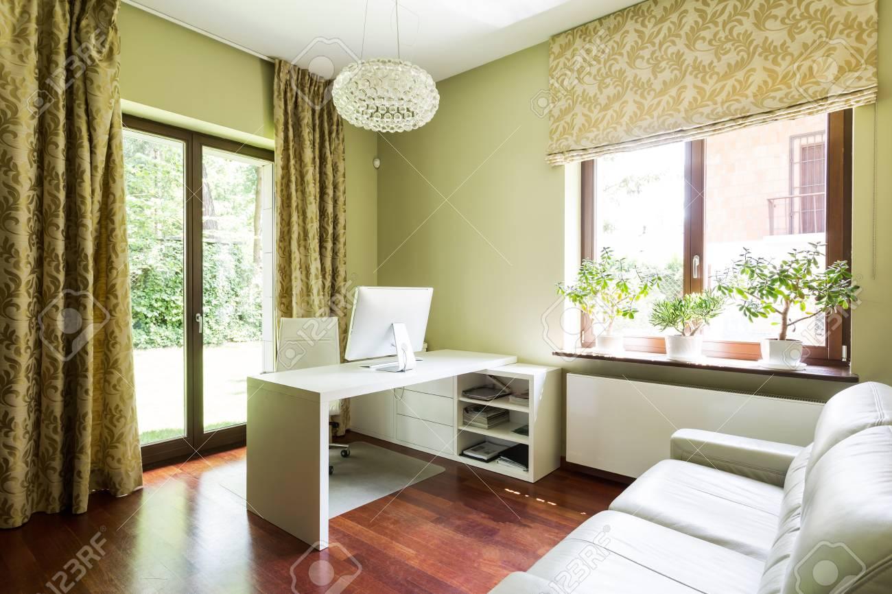 Chambre Moderne Et Spacieuse Avec Canape En Cuir Blanc Et Bureau Banque D Images Et Photos Libres De Droits Image 82490359