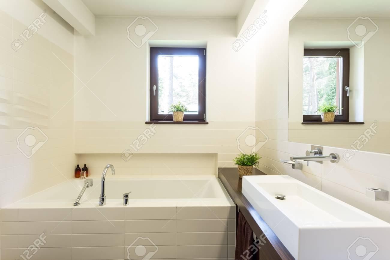Fenetre Salle De Bain salle de bain blanche moderne avec fenêtre, baignoire carrelée et grand  lavabo