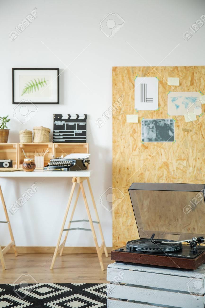 Hipster Interieur Mit Grammophon Und DIY Möbel Lizenzfreie Fotos ...