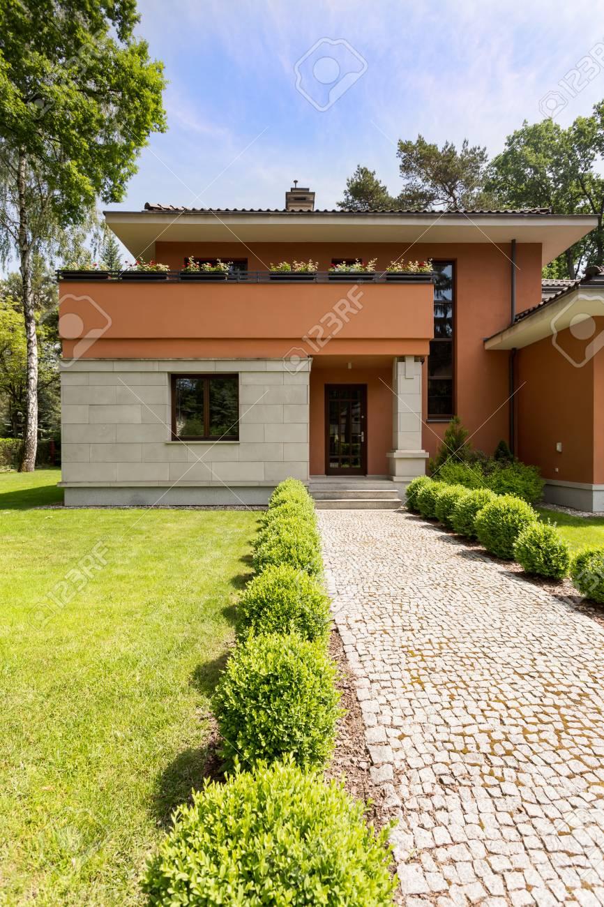 Extérieur de maison moderne avec toit plat et beau jardin