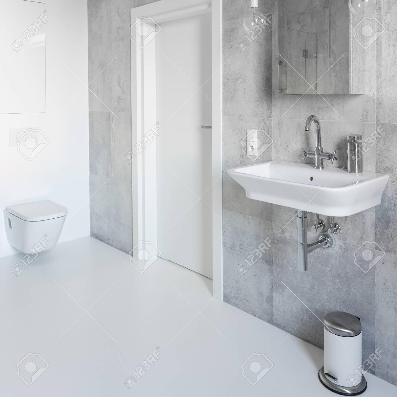 Spazioso Bagno Grigio E Bianco Con Arredamento Moderno Foto Royalty ...