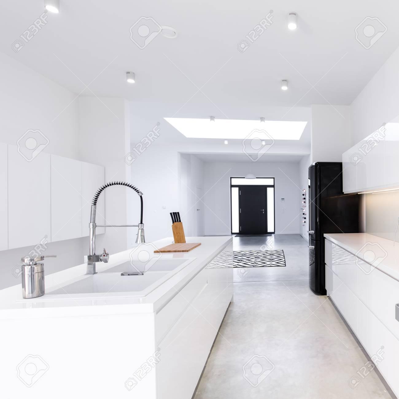 Geräumige Moderne Offene Küche Mit Weißen Einbauschränken ...