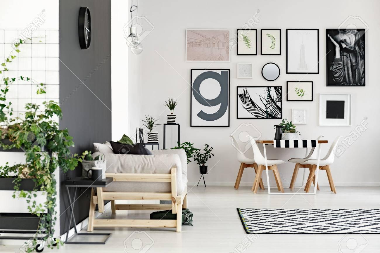 Elegante sala de estar con sofá conectado con un pequeño comedor