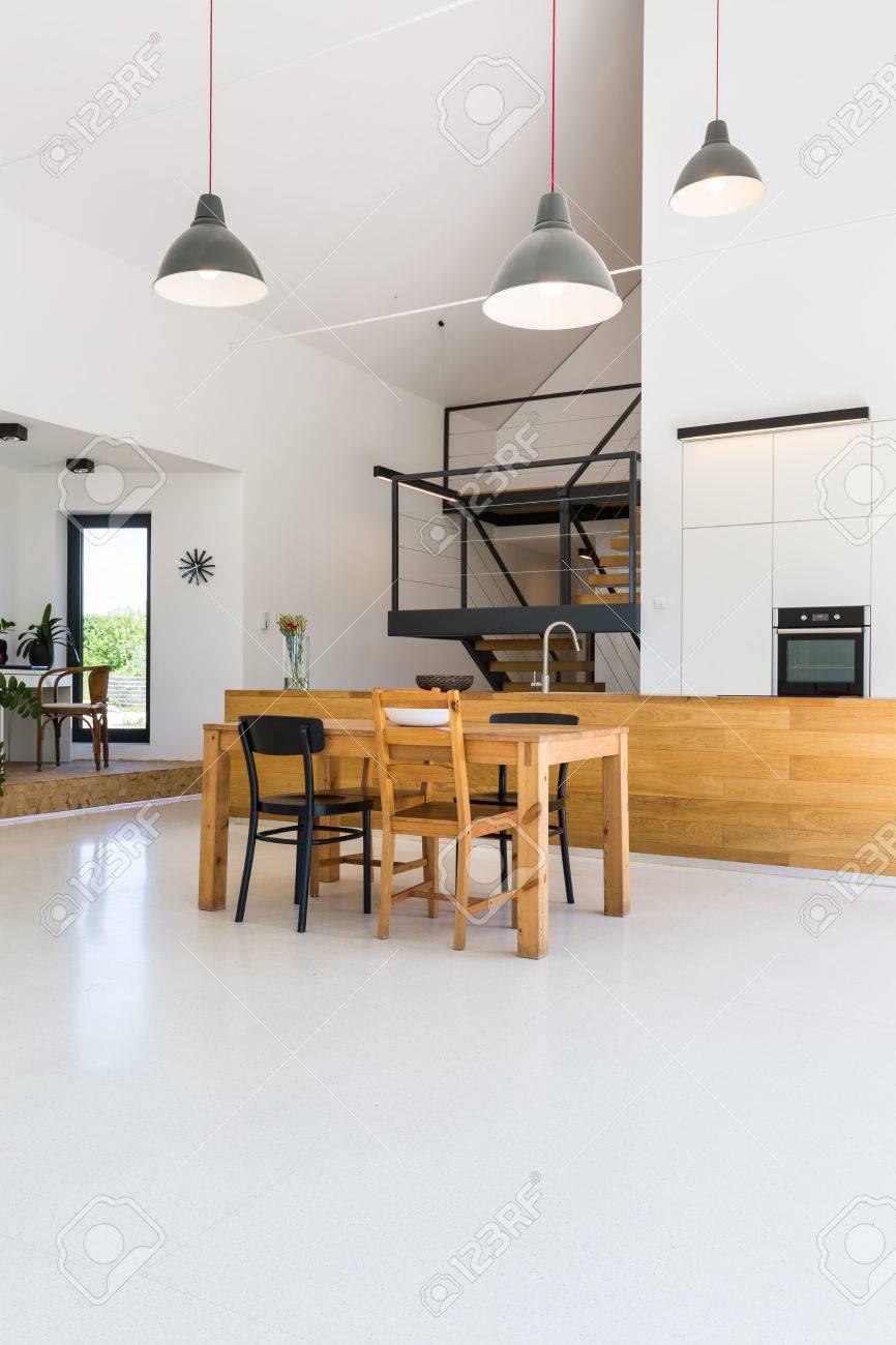 Intérieur très aéré d\u0027une maison moderne, avec des espaces joints de  cuisine, salle à manger, hall et salon