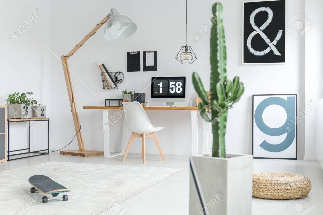 Décor élégant de bureau à domicile noir et blanc confortable dans un