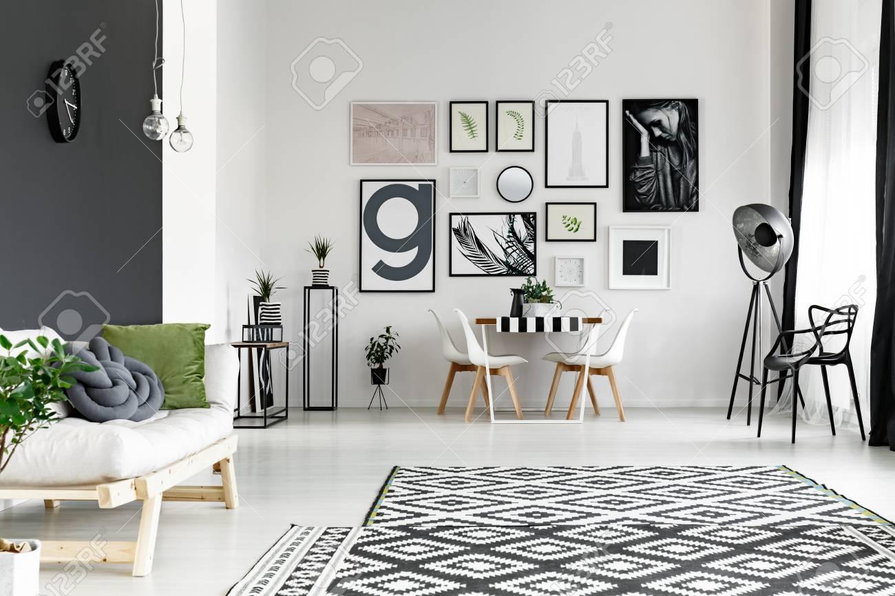 Schwarz-Weiß-Wände Im Geräumigen Wohnzimmer Mit Esstisch Lizenzfreie ...