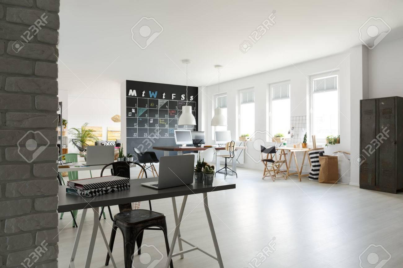 Vue d un bureau moderne minimaliste dans un bureau blanc élégant