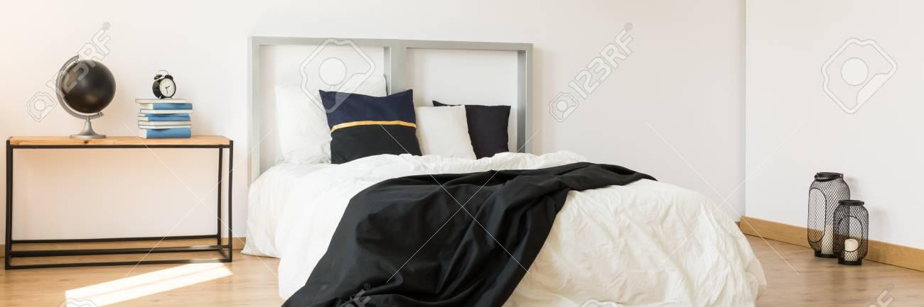 Schwarz-weißes Kingsize-Bett Im Minimalistischen Trendigen ...