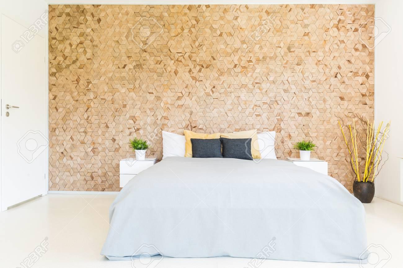 Perfect Standard Bild   Stilvolles Schlafzimmer Mit Einem Großen Bett An Einer Mit  Holzmosaik Verzierten Wand