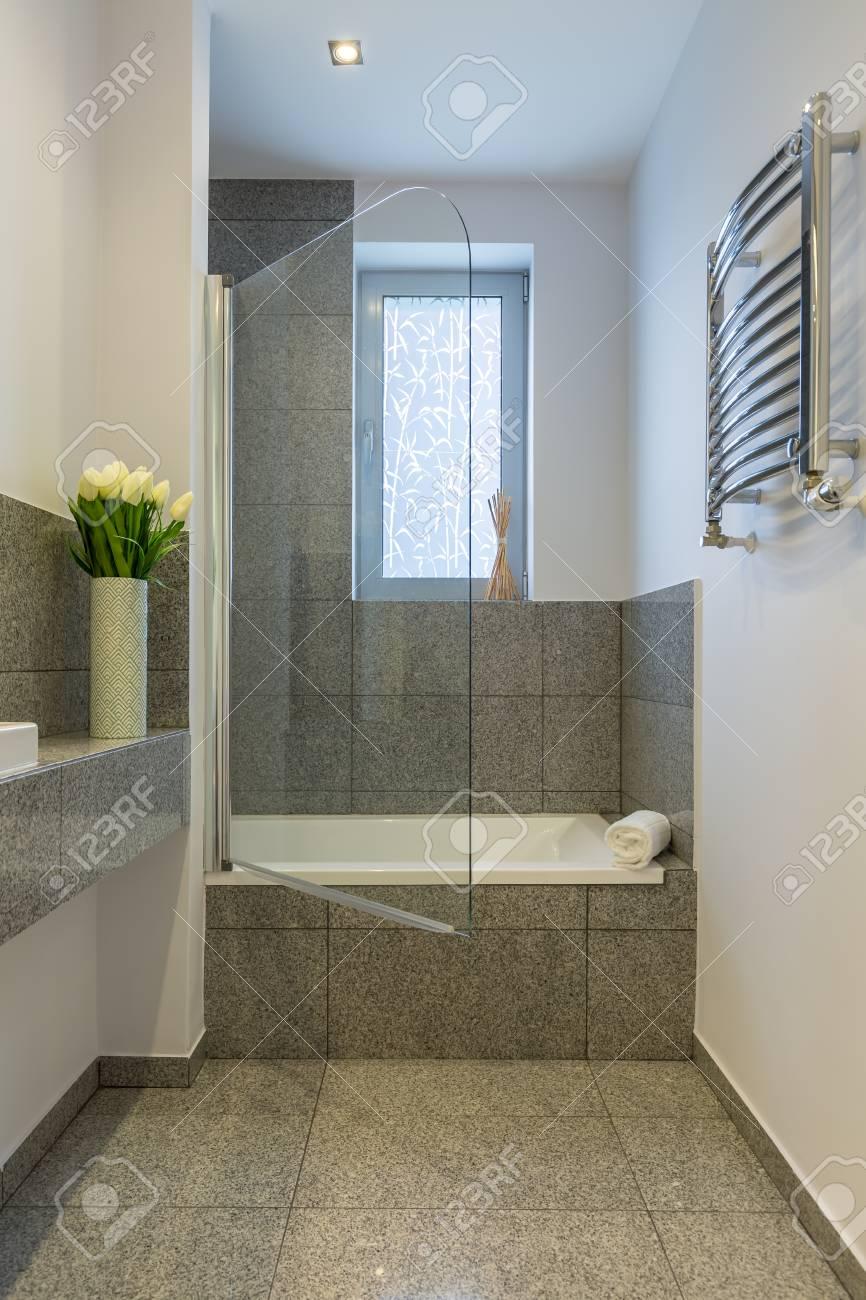 Pequeño cuarto de baño con azulejos beige