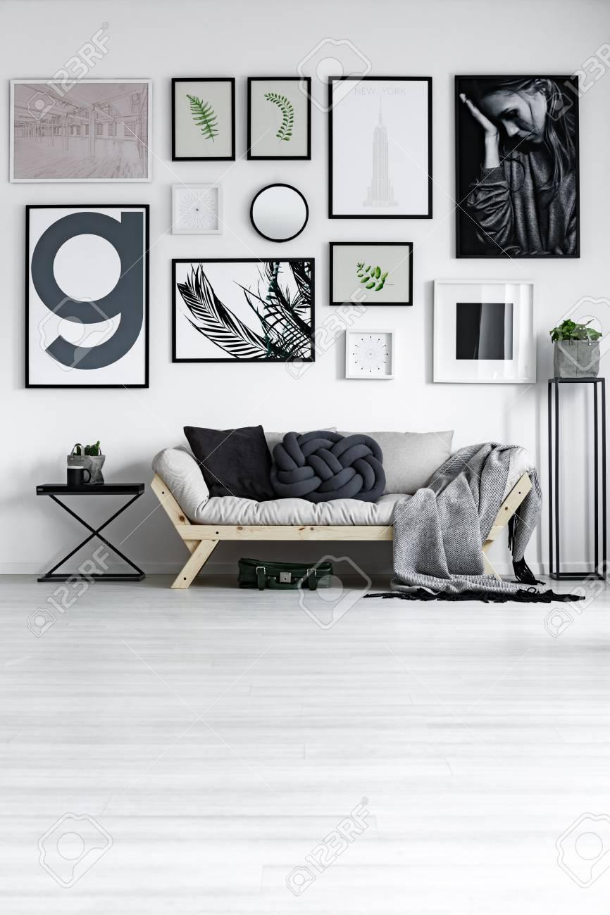 Salon Design Blanc élégant Avec Canapé En Bois Et Accessoires Noirs ...
