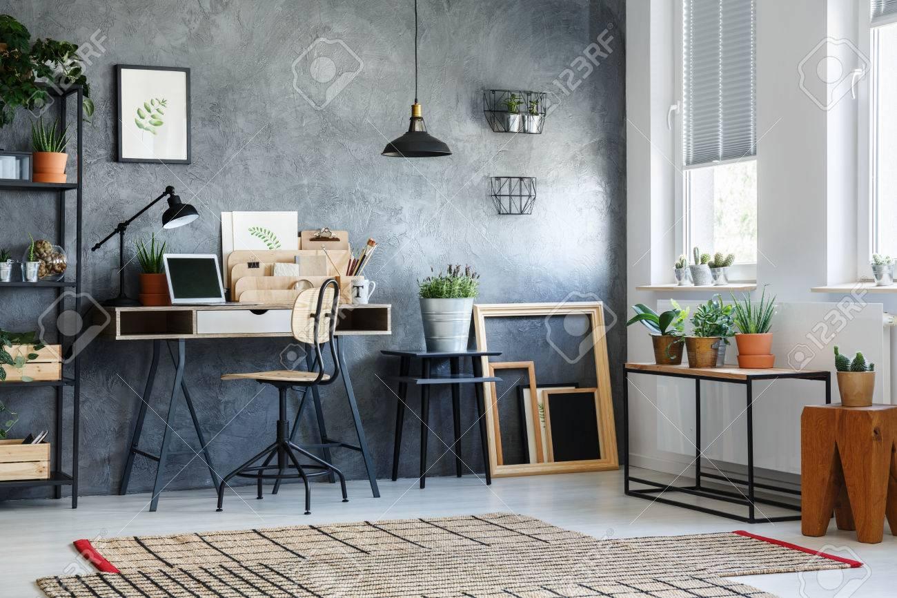 Chambre à la décoration moderne, plantes en pot et cadres vides en bois