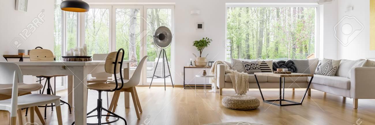 Geraumiges Gemutliches Wohnzimmer Mit Grossen Fenstern Und Glastur