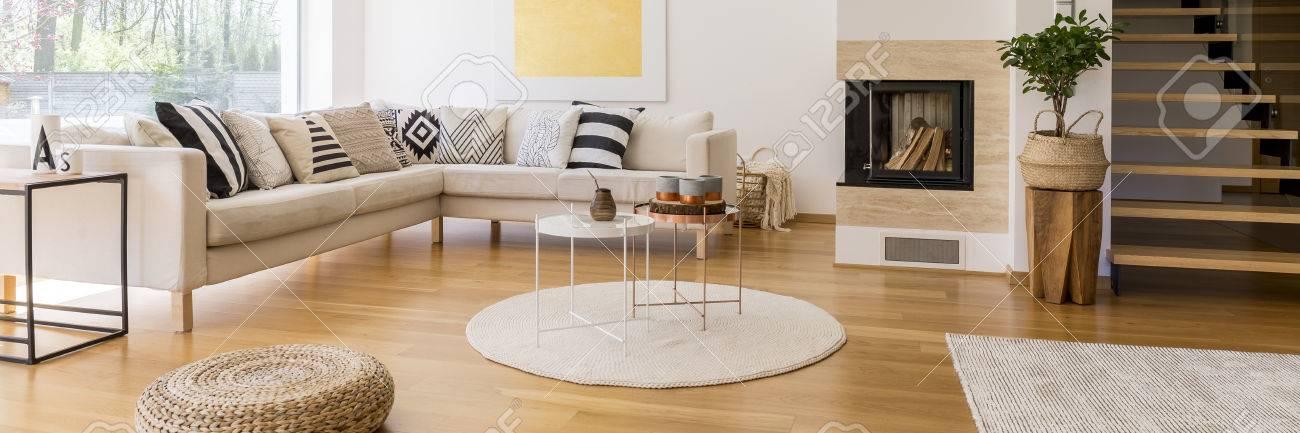Banque dimages escaliers en bois dans le salon moderne avec canapé d angle et cheminée