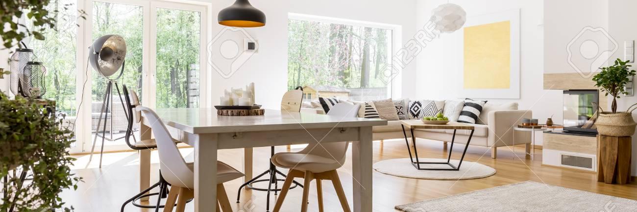 Salon Spacieux Spacieux Entièrement Meublé Avec Table En Bois Et Canapé D Angle