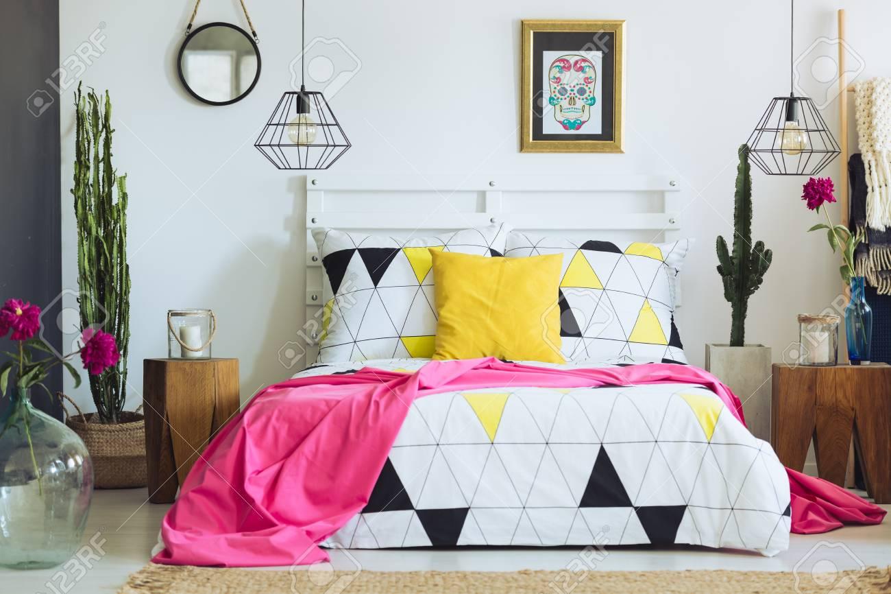 Einzigartiges Weißes Schlafzimmer Mit Bunten Kissen Geometrischer