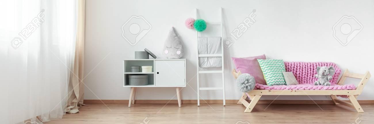 Geräumiges Skandinavisches Design Schlafzimmer Mit Einem