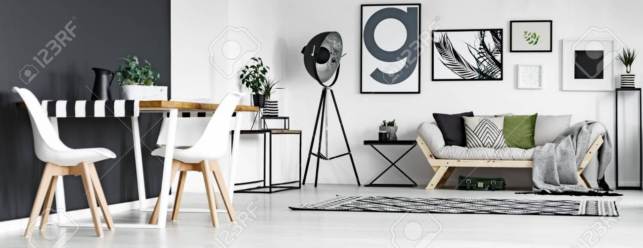 Salon Moderne En Noir Et Blanc Avec Coin Repas Banque D\'Images Et ...