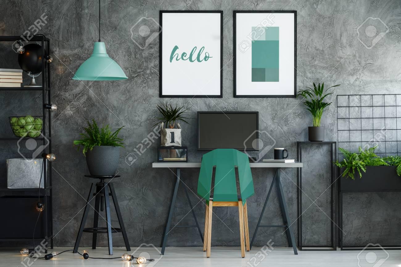 Intérieur de bureau industriel sombre avec un décor turquoise et un